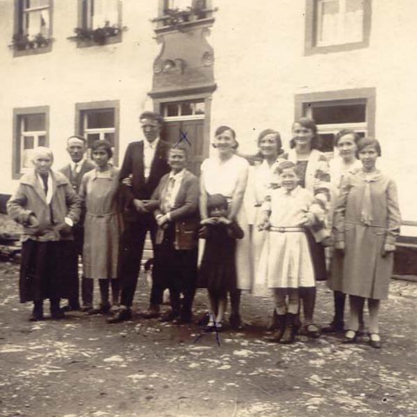 1a old Familie Lentz vor dem Eingang des Wohnhauses