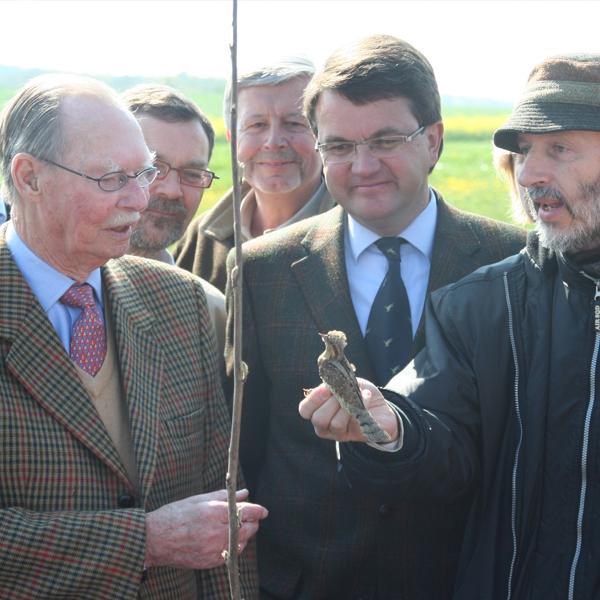 """April 2007: Kampagne """"100km Hecken fir Lëtzebuerg"""". S.K.H. Großherzog Jean, der die Natur liebt, ist nachdenklich, wenn natur&ëmwelt ihm einen Vogel schenkt."""